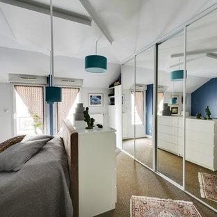 Immagine di una grande camera da letto contemporanea con pavimento in sughero e pavimento beige