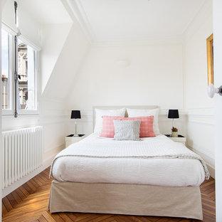 Exemple d'une chambre chic avec un mur blanc et un sol en bois clair.