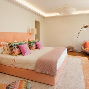 Cette image montre une chambre vintage avec un mur blanc, un sol en bois clair et un sol beige.