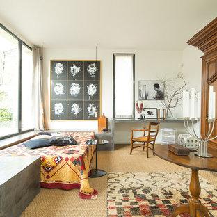 Cette image montre une chambre avec moquette bohème avec un mur blanc et aucune cheminée.