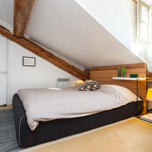Inspiration pour une chambre mansardée ou avec mezzanine design de taille moyenne avec un mur blanc et aucune cheminée.