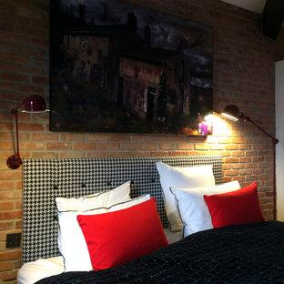 Foto de dormitorio principal, urbano, pequeño, con paredes marrones, suelo de baldosas de terracota y suelo gris