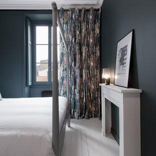 Свежая идея для дизайна: спальня в современном стиле с зелеными стенами, деревянным полом и белым полом - отличное фото интерьера