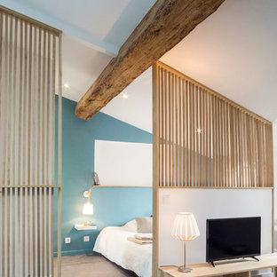 Idée De Décoration Pour Une Chambre Nordique De Taille Moyenne Avec Un Mur  Bleu Et Aucune