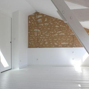 Imagen de dormitorio tipo loft, moderno, de tamaño medio, con paredes blancas, suelo de madera pintada y suelo blanco