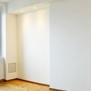 リヨンのコンテンポラリースタイルのおしゃれな寝室 (白い壁、クッションフロア、ベージュの床) のレイアウト