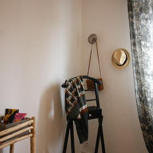 Modelo de dormitorio romántico, de tamaño medio, con suelo de linóleo y suelo beige