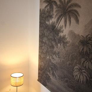 Diseño de dormitorio romántico, de tamaño medio, con suelo de linóleo y suelo beige