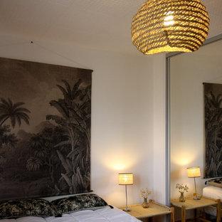 Ejemplo de dormitorio romántico, de tamaño medio, con suelo de linóleo y suelo beige