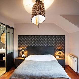 Идея дизайна: хозяйская спальня среднего размера в современном стиле с бежевыми стенами, темным паркетным полом и красным полом