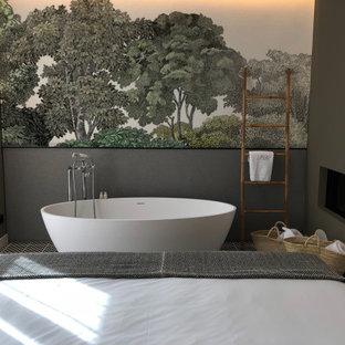 Imagen de dormitorio principal, ecléctico, grande, sin chimenea, con paredes verdes, suelo de madera oscura y suelo negro