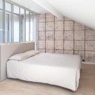 Cette image montre une chambre parentale design avec un mur beige.