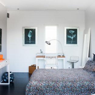 Réalisation d'une chambre parentale design de taille moyenne avec un mur blanc, un sol en bois peint et aucune cheminée.