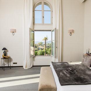 Idées déco pour une grande chambre parentale méditerranéenne avec un mur beige.