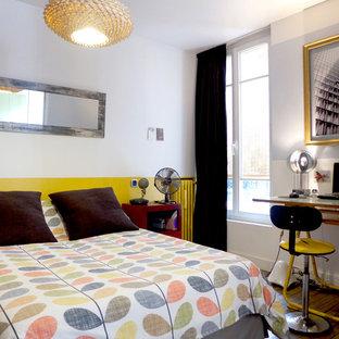 パリの中サイズのコンテンポラリースタイルのおしゃれな寝室 (黄色い壁、無垢フローリング) のレイアウト