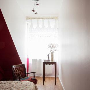 Esempio di una piccola camera degli ospiti design con pareti rosa e pavimento in bambù