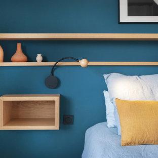 Неиссякаемый источник вдохновения для домашнего уюта: маленькая хозяйская спальня в современном стиле с синими стенами