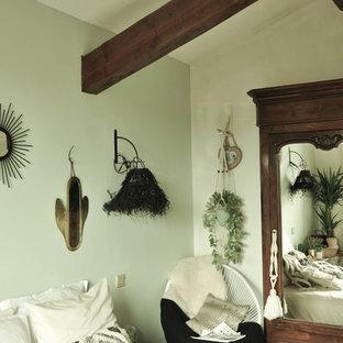 Exempel på ett mellanstort shabby chic-inspirerat gästrum, med gröna väggar, klinkergolv i keramik och beiget golv