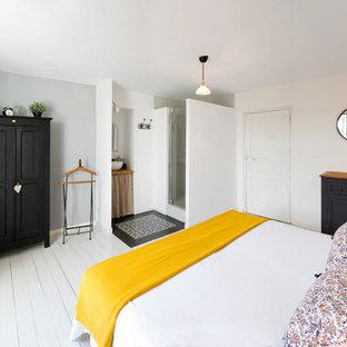 Imagen de dormitorio principal, escandinavo, de tamaño medio, sin chimenea, con paredes blancas y suelo de madera pintada