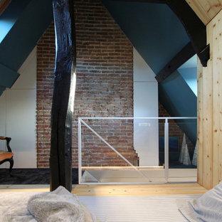 リールの小さいシャビーシック調のおしゃれな客用寝室 (青い壁、カーペット敷き、暖炉なし、黒い床、表し梁、板張り壁)