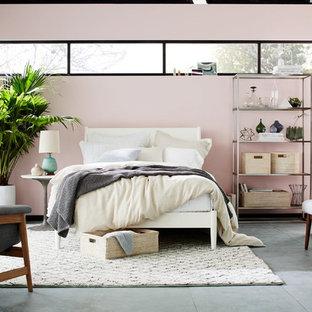 Пример оригинального дизайна: хозяйская спальня среднего размера в современном стиле с розовыми стенами и полом из керамической плитки без камина