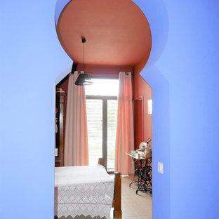 Imagen de habitación de invitados contemporánea, de tamaño medio, sin chimenea, con paredes rojas