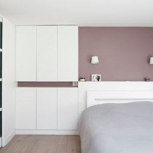 Idées déco pour une chambre parentale contemporaine avec un mur blanc et un sol en bois clair.
