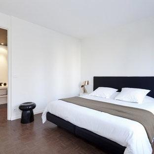 Aménagement d'une chambre parentale contemporaine de taille moyenne avec un mur blanc et un sol en bois foncé.