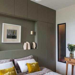 Cette image montre une chambre design avec un mur blanc.