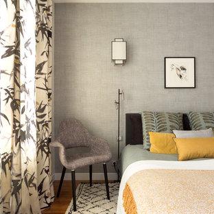 Aménagement d'une chambre classique avec un mur gris, un sol en bois brun et un sol marron.