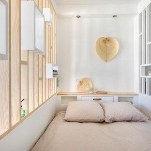 Foto de dormitorio principal, actual, pequeño, con paredes blancas y suelo de contrachapado