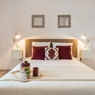 Cette photo montre une chambre scandinave de taille moyenne avec un mur blanc, un sol en bois clair et aucune cheminée.