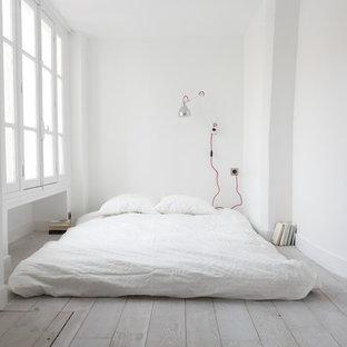 Свежая идея для дизайна: маленькая спальня в скандинавском стиле с белыми стенами и деревянным полом - отличное фото интерьера