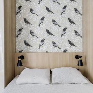 Cette image montre une chambre adulte design de taille moyenne avec un mur blanc, un sol en bois clair, aucune cheminée et un sol beige.
