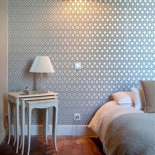 Exemple d'une chambre parentale tendance de taille moyenne avec un mur multicolore.