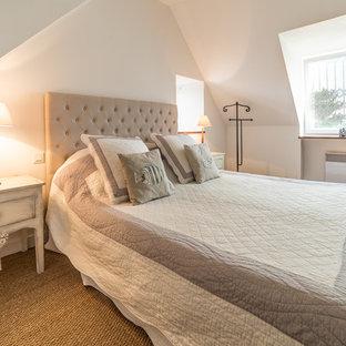 Idées déco pour une chambre parentale romantique de taille moyenne avec un mur blanc et un sol en bambou.