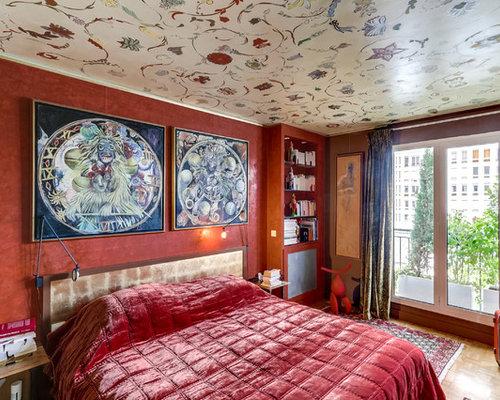 chambre avec un sol en bois clair et un mur rouge photos et id es d co de chambres. Black Bedroom Furniture Sets. Home Design Ideas