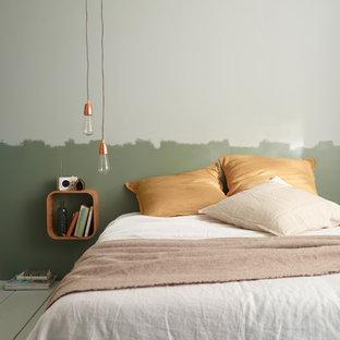 Modelo de dormitorio principal, contemporáneo, de tamaño medio, con paredes verdes y suelo de madera pintada