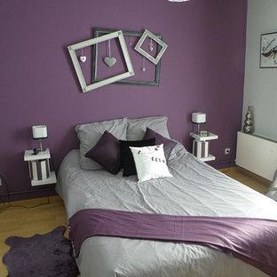 Aménagement d'une chambre parentale romantique de taille moyenne avec un mur gris et un sol en bois clair.