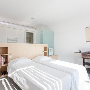 Diseño de dormitorio principal, actual, de tamaño medio, con paredes blancas y suelo de cemento