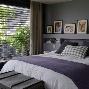 Exemple d'une chambre parentale tendance de taille moyenne avec un mur violet et aucune cheminée.