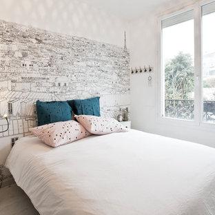 Exemple d'une chambre parentale scandinave avec un mur blanc, un sol en bois clair et aucune cheminée.