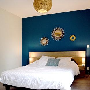 Пример оригинального дизайна: хозяйская спальня среднего размера в скандинавском стиле с синими стенами, светлым паркетным полом и бежевым полом