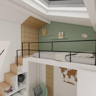 Diseño de dormitorio tipo loft, nórdico, pequeño, sin chimenea, con paredes verdes y suelo de madera en tonos medios