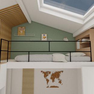 Ejemplo de dormitorio tipo loft, escandinavo, pequeño, sin chimenea, con paredes verdes y suelo de madera en tonos medios