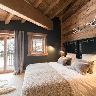 Ejemplo de habitación de invitados rústica, pequeña, con paredes rosas, moqueta y suelo beige