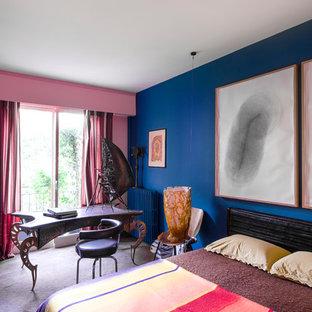 Exemple d'une chambre éclectique de taille moyenne avec un mur bleu.