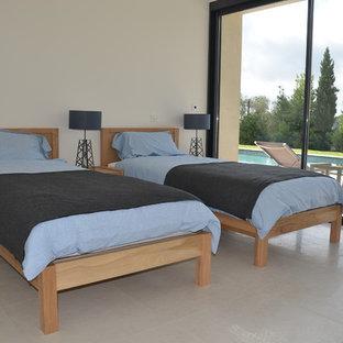 ニースの大きいコンテンポラリースタイルのおしゃれな主寝室 (黄色い壁、セラミックタイルの床、ベージュの床) のレイアウト