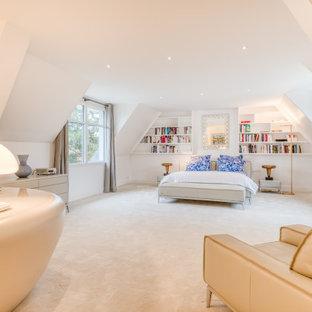 Idées déco pour une très grand chambre contemporaine avec un mur blanc, aucune cheminée et un sol beige.