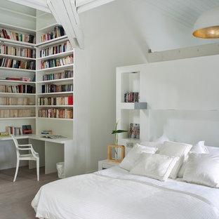 Inspiration pour une chambre parentale design de taille moyenne avec un mur blanc, un sol en bois clair et aucune cheminée.